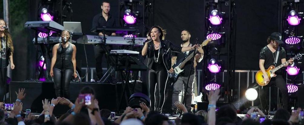 Demi_Lovato_Honda_Stage